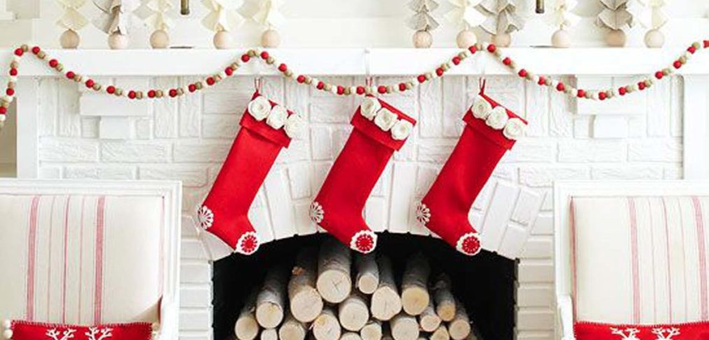camino bianco con calze natalizie
