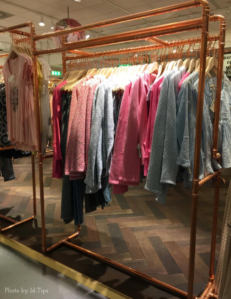 Appendiabiti per negozio di abbigliamento fatto con tubi in rame