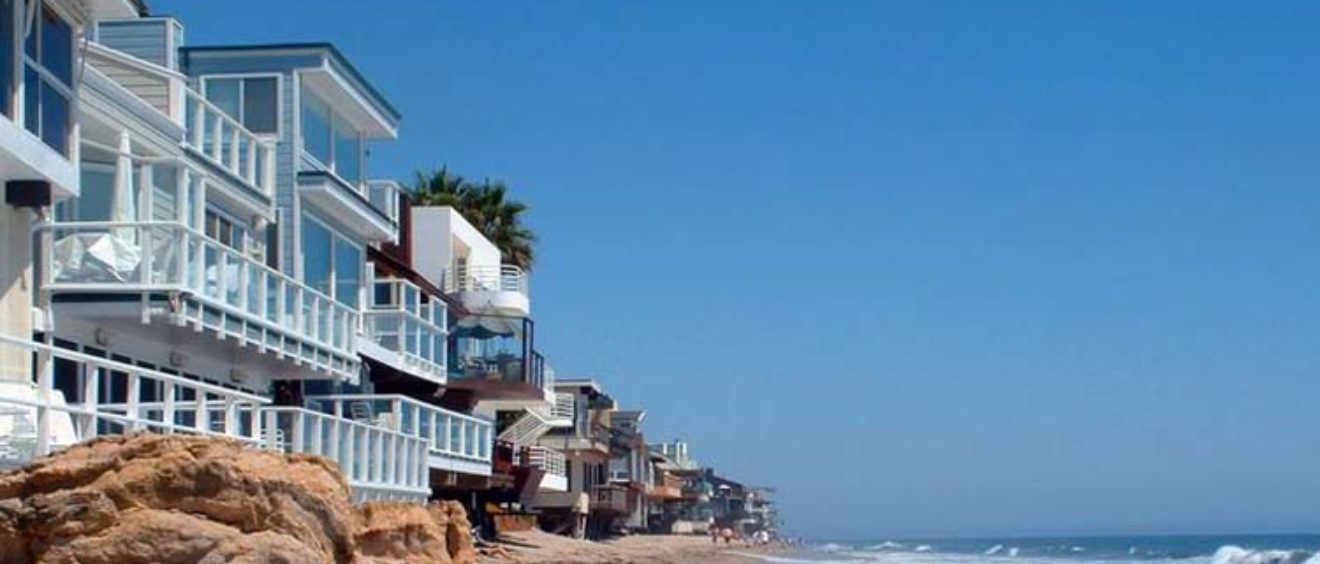 case a schiera fronte mare a Malibu
