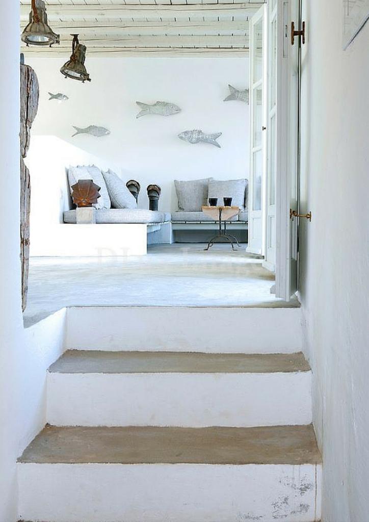 soggiorno minimal in muratura di una casa al mare