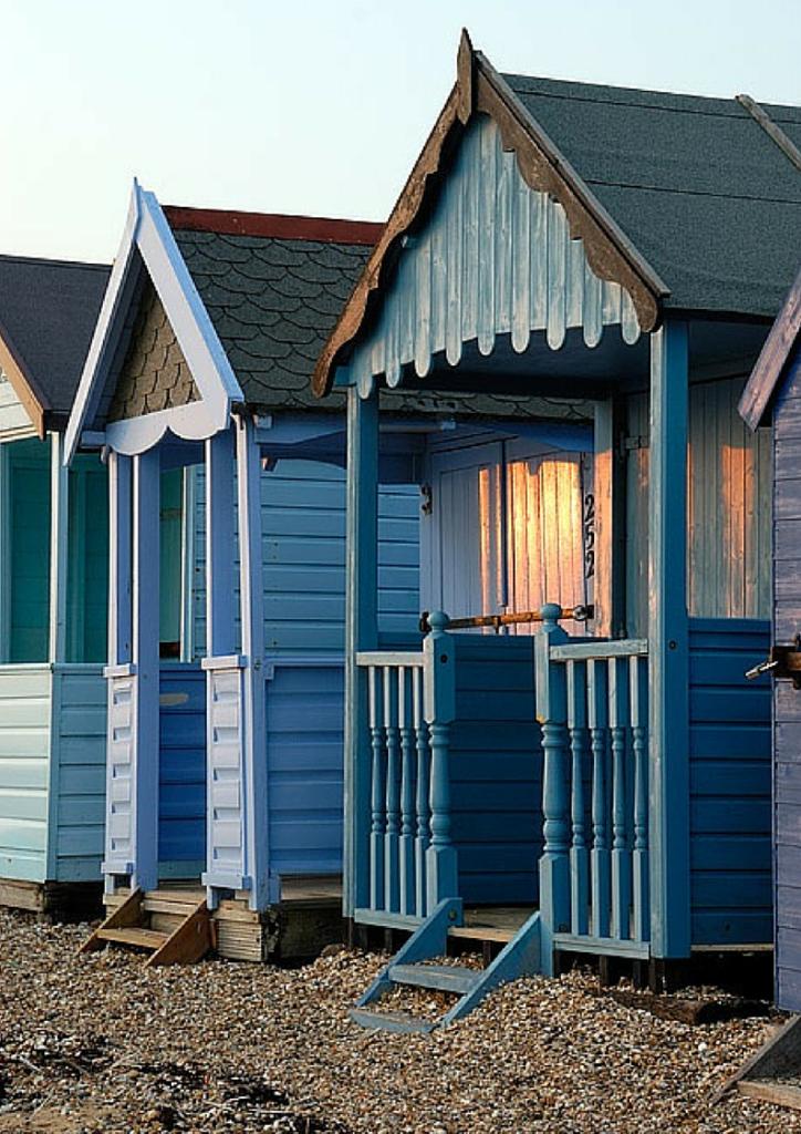 cottage blu in legno sulla spiaggia