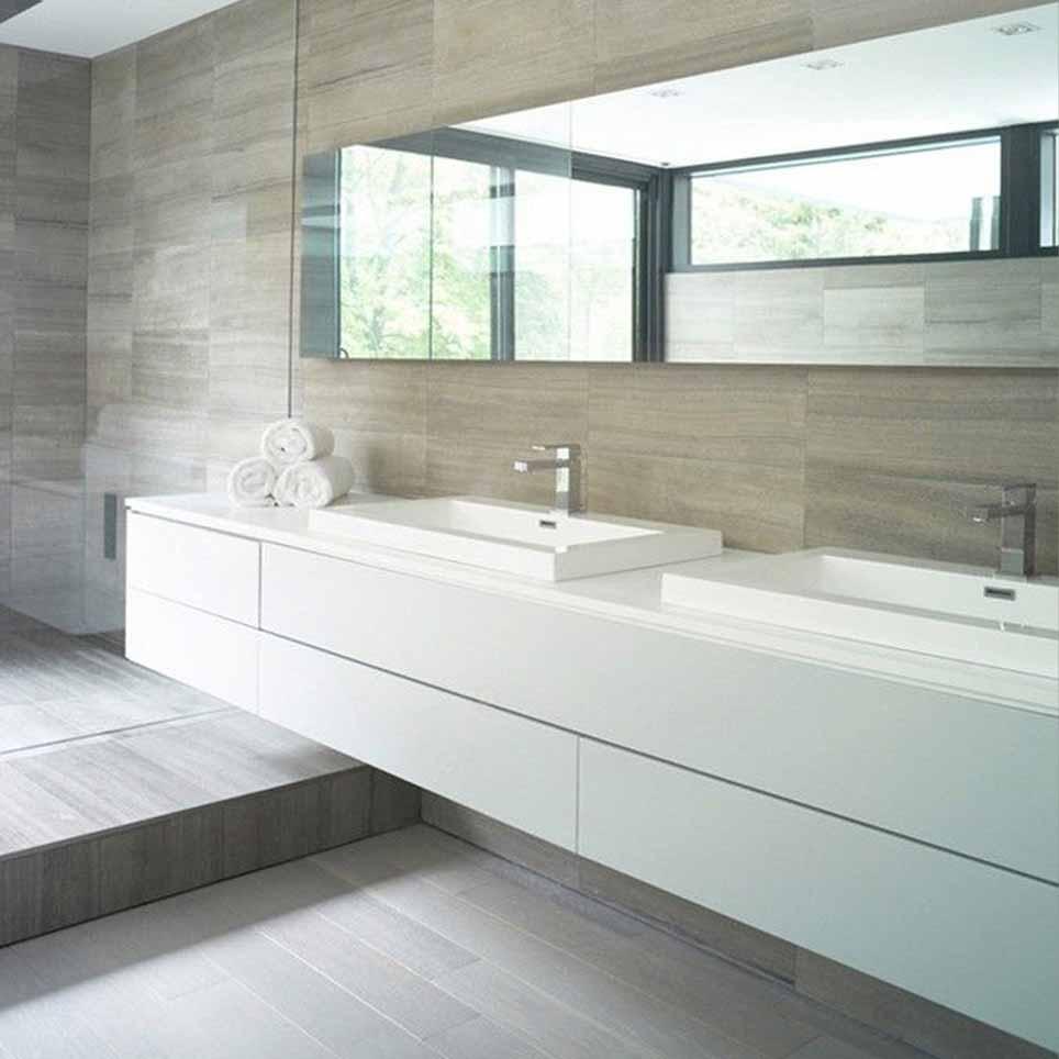 Bagno con pavimento e rivestimento effetto legno mobile per doppio ...