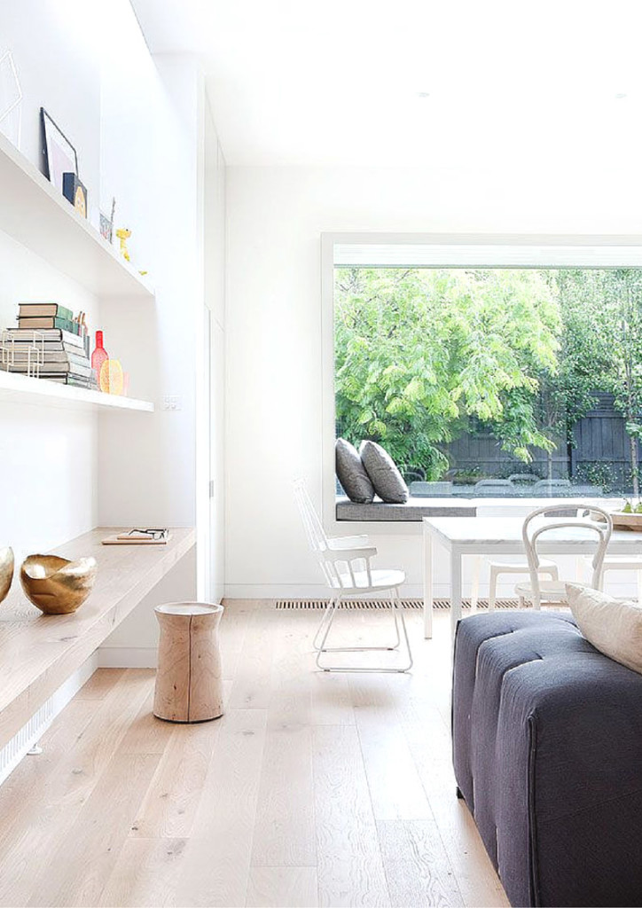 Battiscopa bianco, parete bianca, pavimento parquet sbiancato
