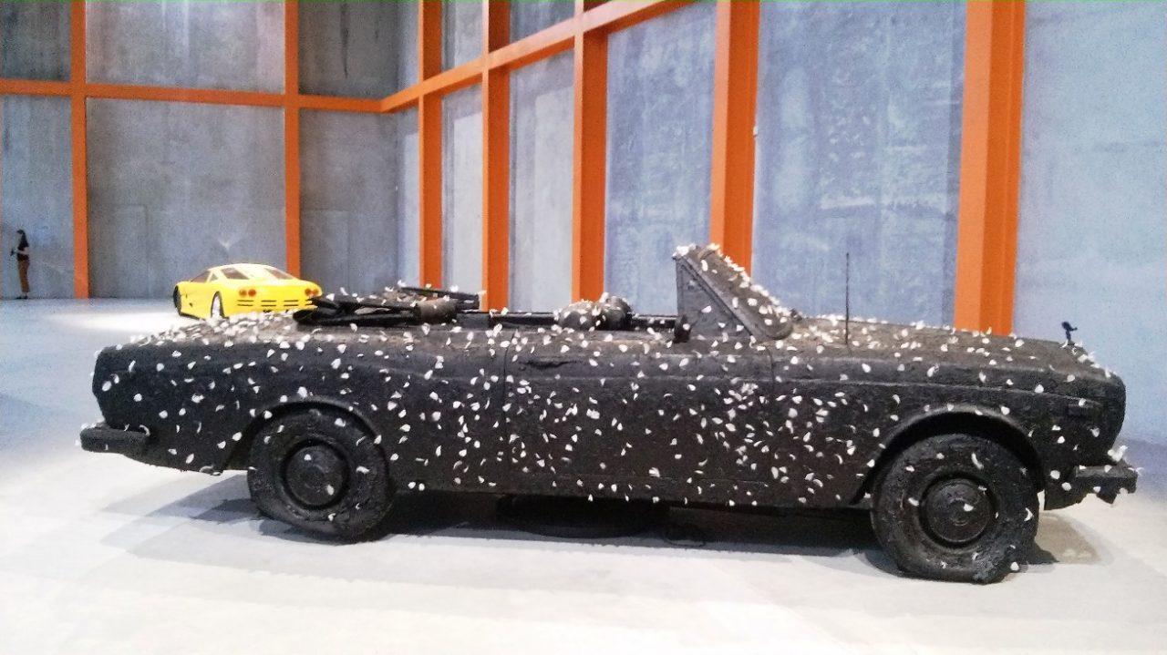 Fondazione Prada, automobile bruciata con piume