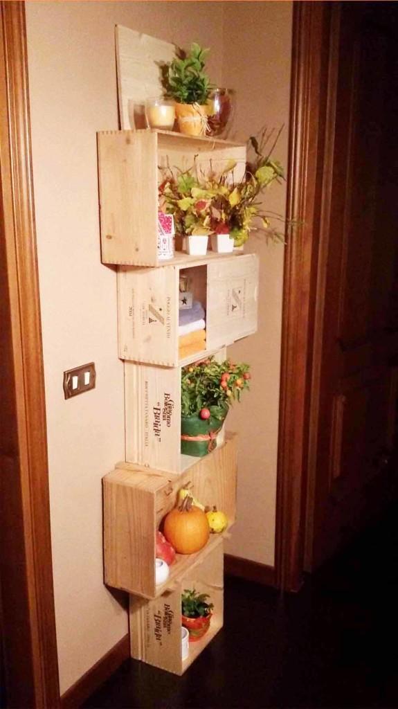Riciclo creativo, libreria con piante e candele