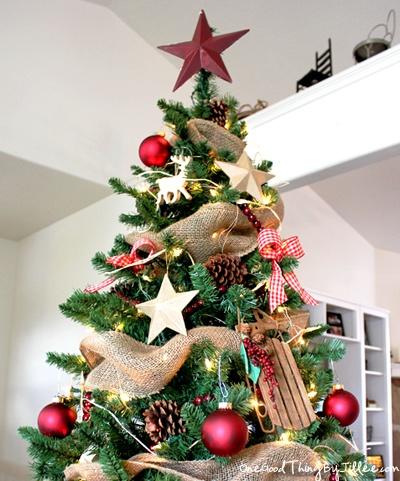 A Christmas carol: albero di Natale con decorazioni d'oro e rosse