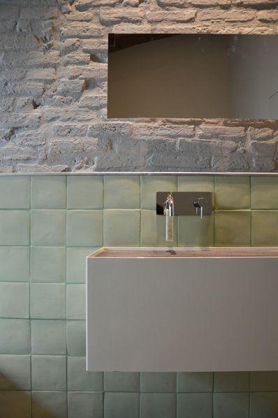 rivestimento verde menta e parete grezza