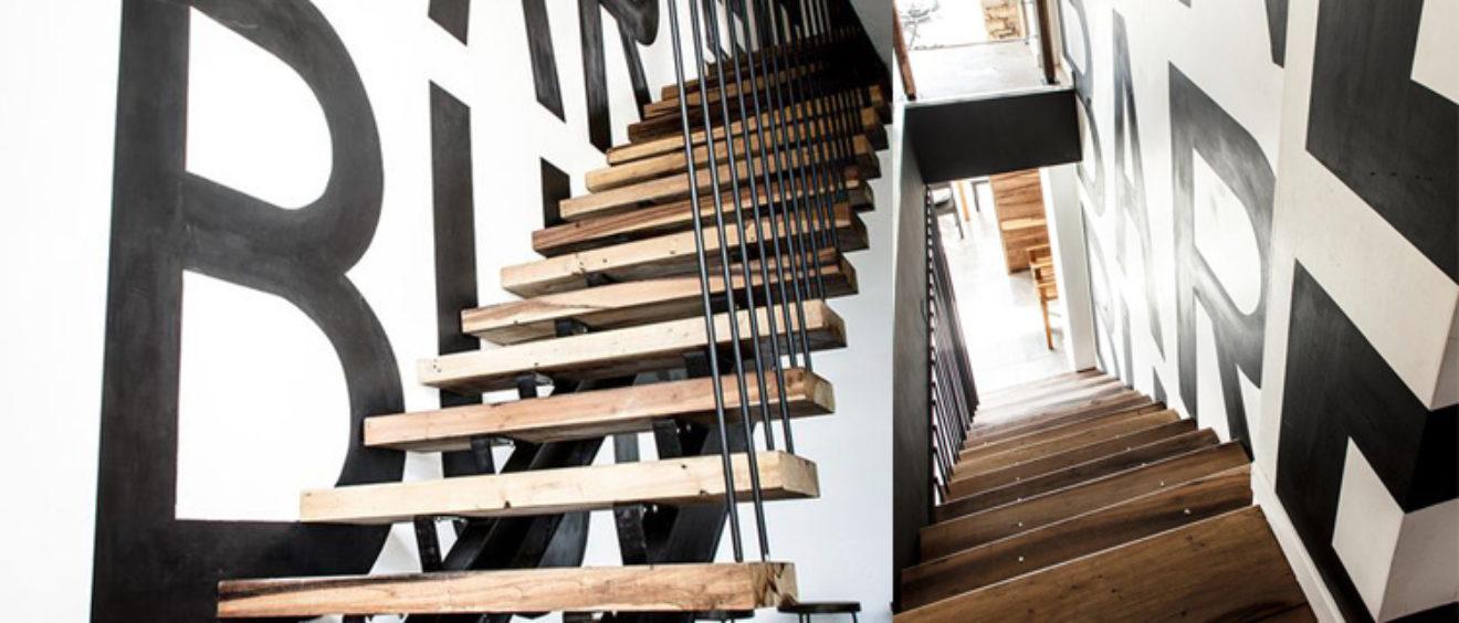 scala in legno e parapetto nero in ferro