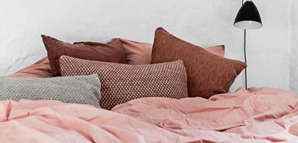 Camera da letto con lenzuola rosa cipria