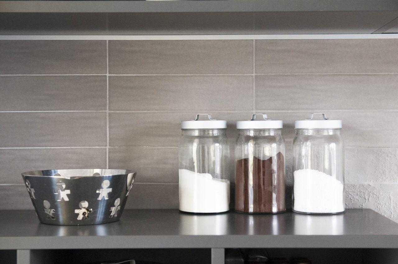 cucina: progetto ripiano di appoggio per barattoli contenitori