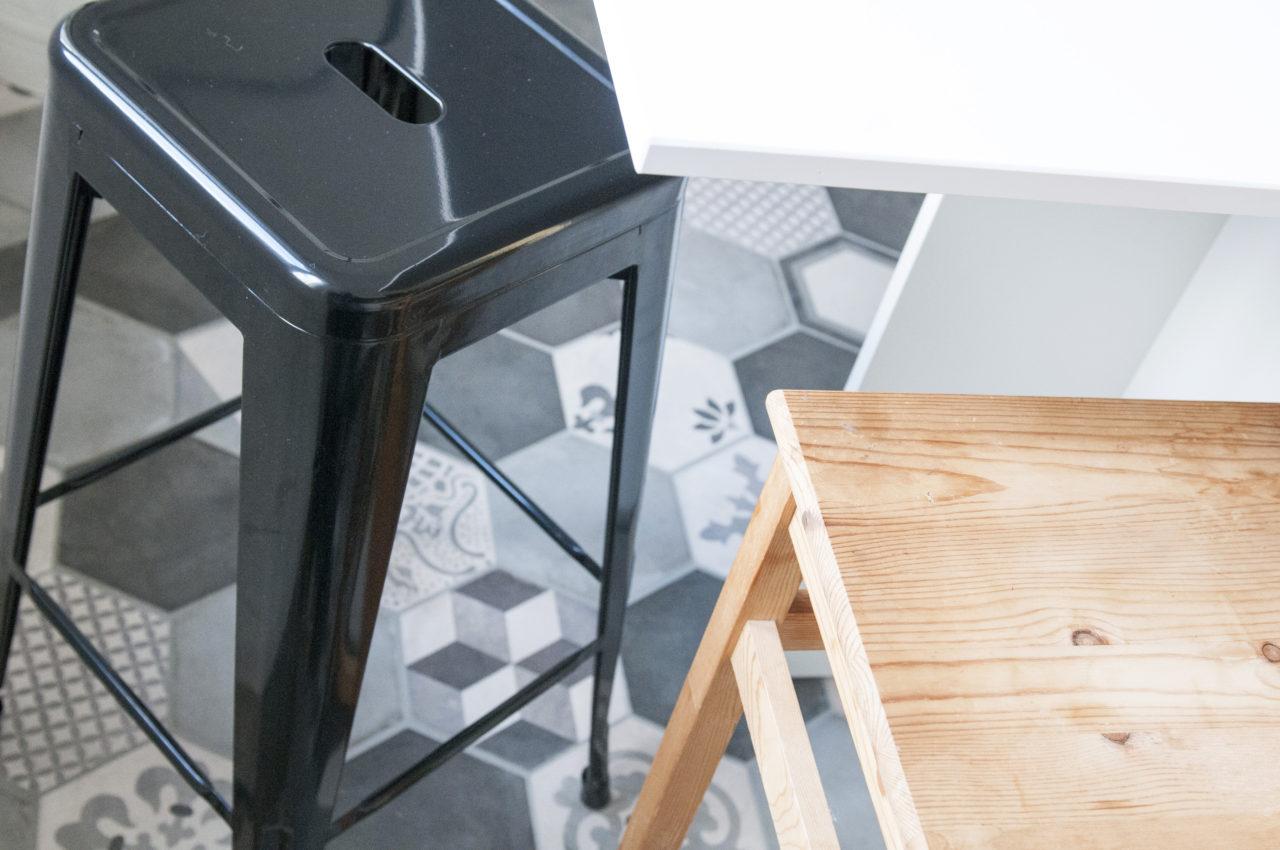 particolare cucina: sgabelli e piano di lavoro
