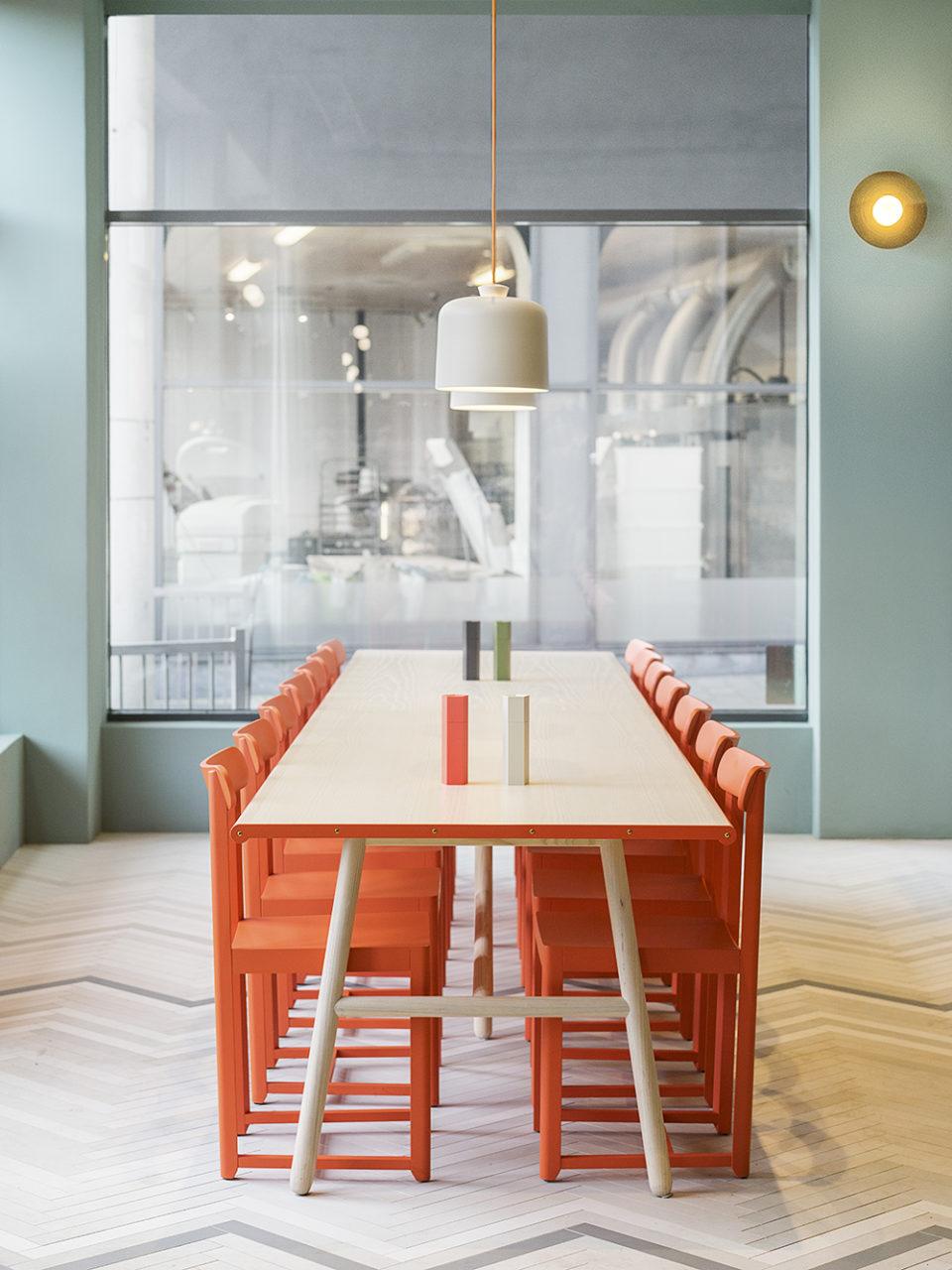 Ristorante Finefood tavolo in betulla e sedie arancioni