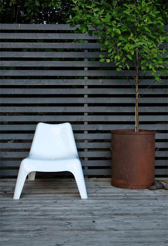 divisorio in legno e sedia bianca
