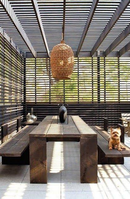 pergola in legno con tavolo in legno