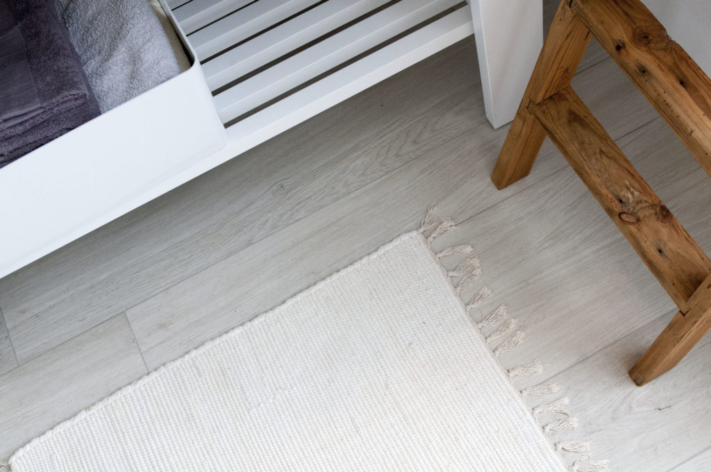 Bagno bianco e nero pavimentazione gres