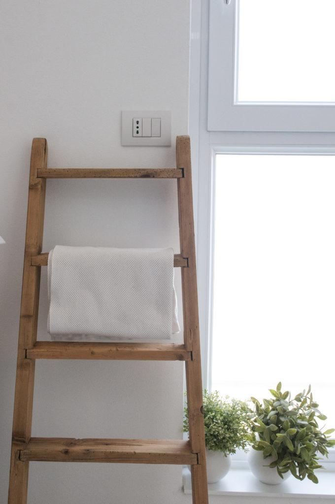 Bagno bianco e nero scala portasalviette