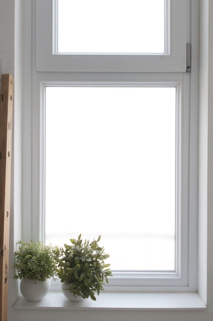 Bagno bianco e nero dettaglio finestra