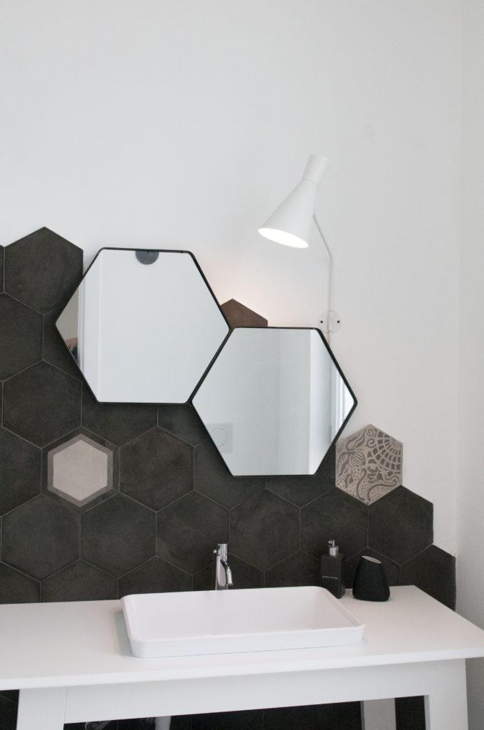 Bagno bianco e nero illuminazione specchio