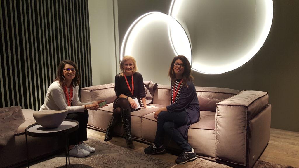 Blogger di Id-Tips su un divano Doimo al Salone del Mobile 2017
