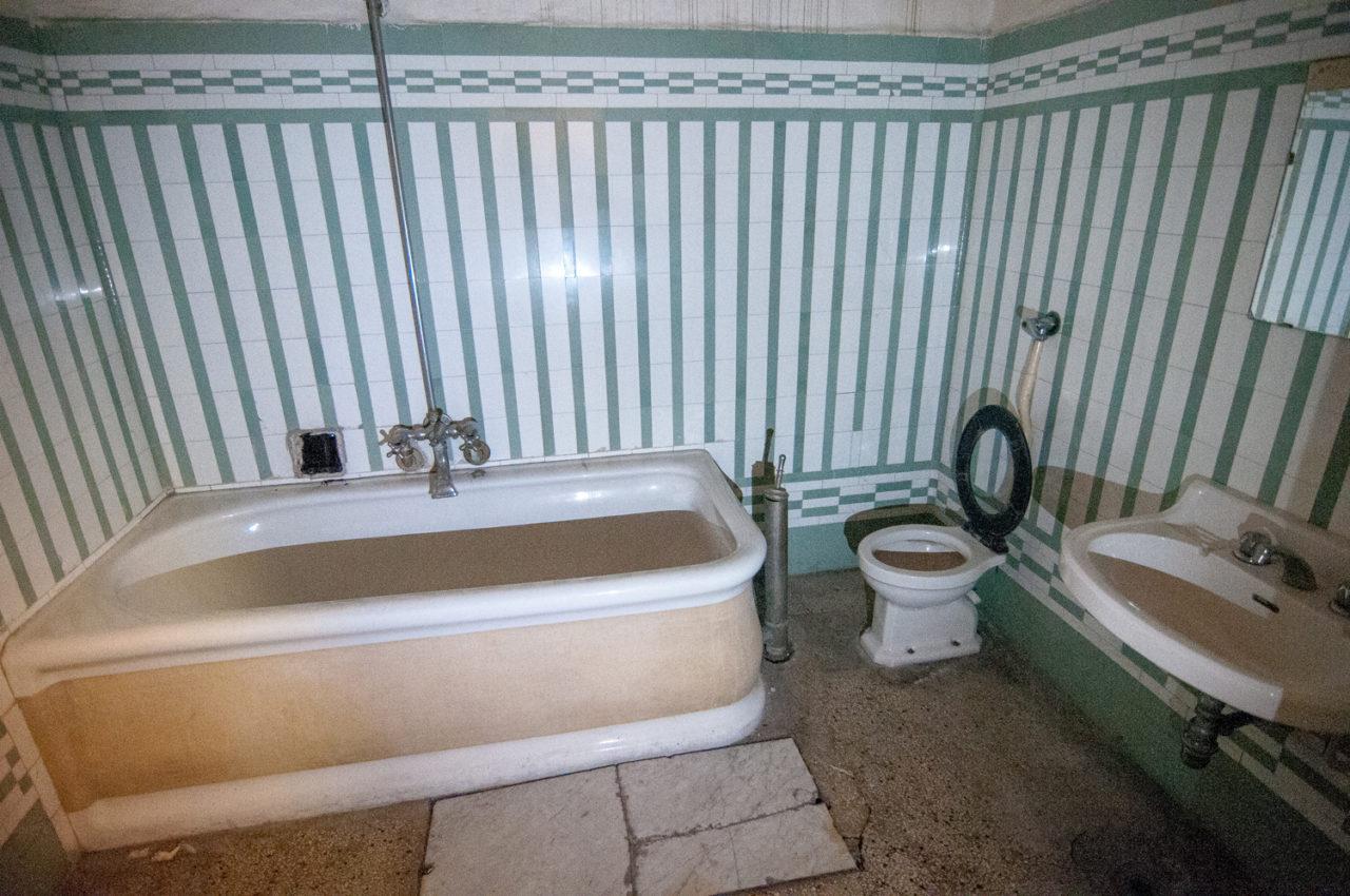 Donne nel bagno degli uomini tipi di uomini che non piacciono alle donne i tipi di donna che - Telecamera in bagno ...