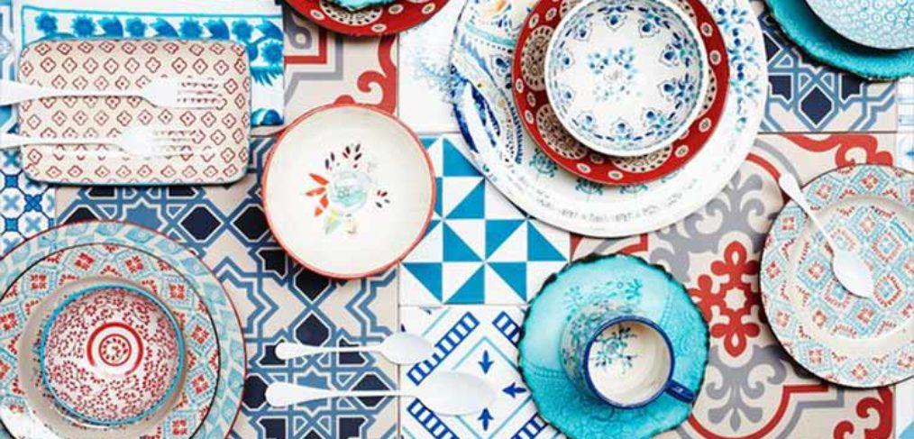 pattern sulle stoviglie colorate rosse e blu