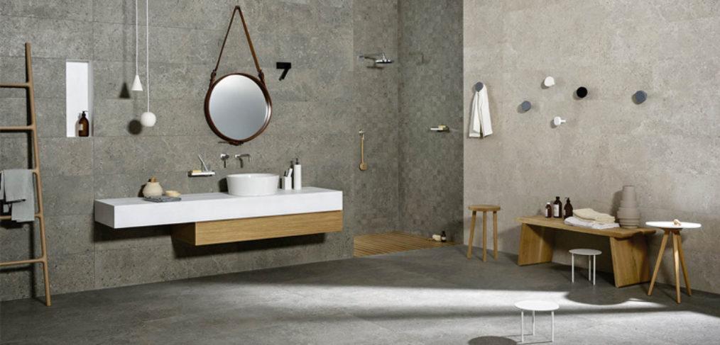 rivestimento marazzi in una stanza dai bagno sui toni del grigio