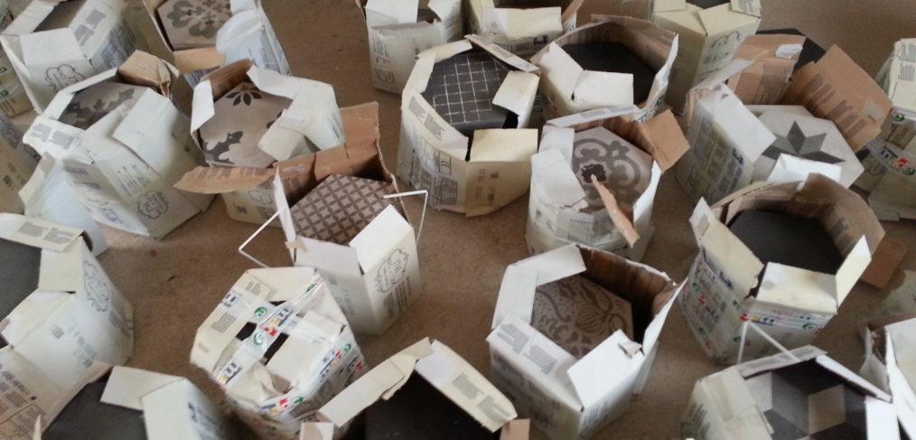 cementine esagoni grigie nei pacchi